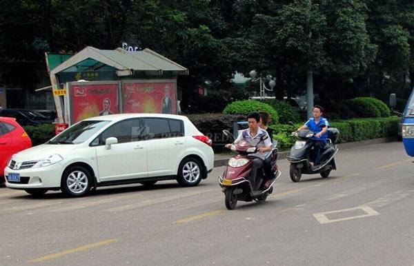 骑电动车可以载人吗?骑电动自行车可以带几个人?