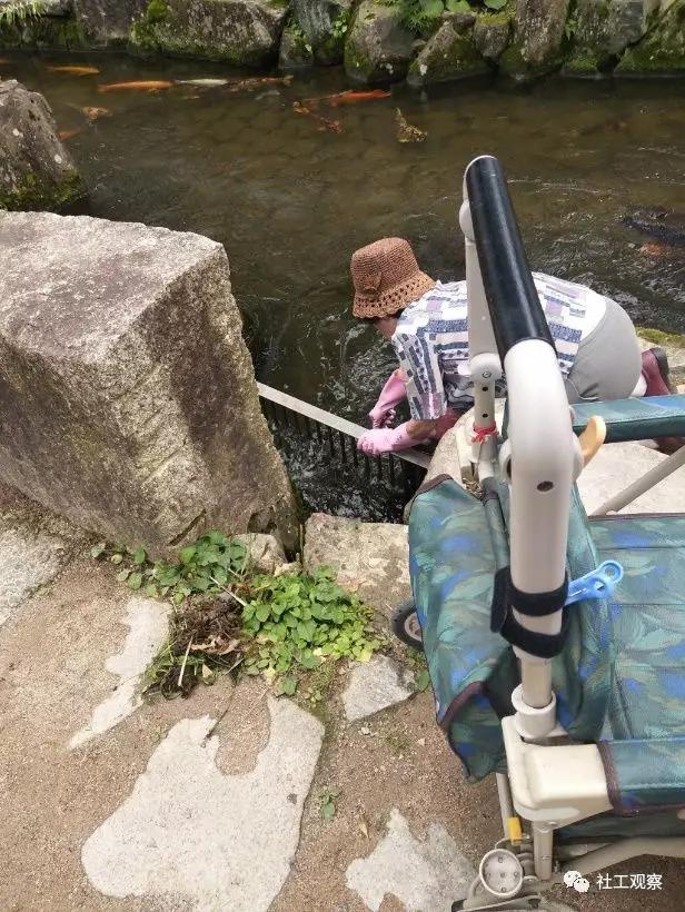 清理河川的老奶奶