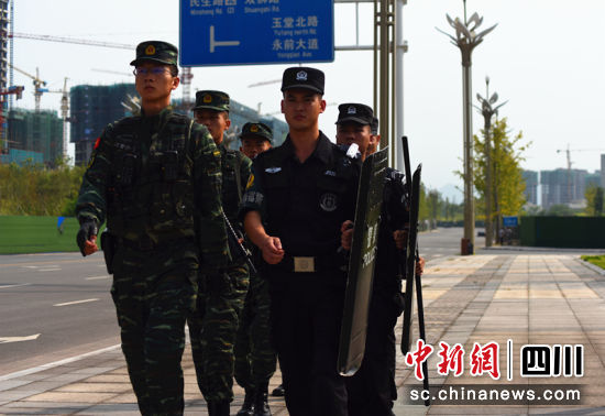 广安前锋:特巡警联合武警开展街面武装巡逻_国庆