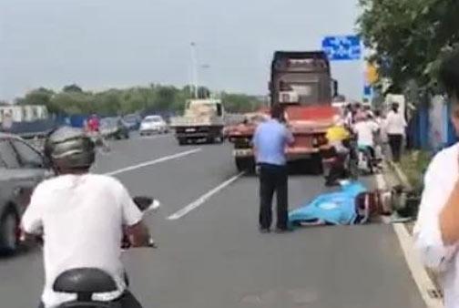 突发:常州街头发生交通事故,一人倒地不起盖上蓝布