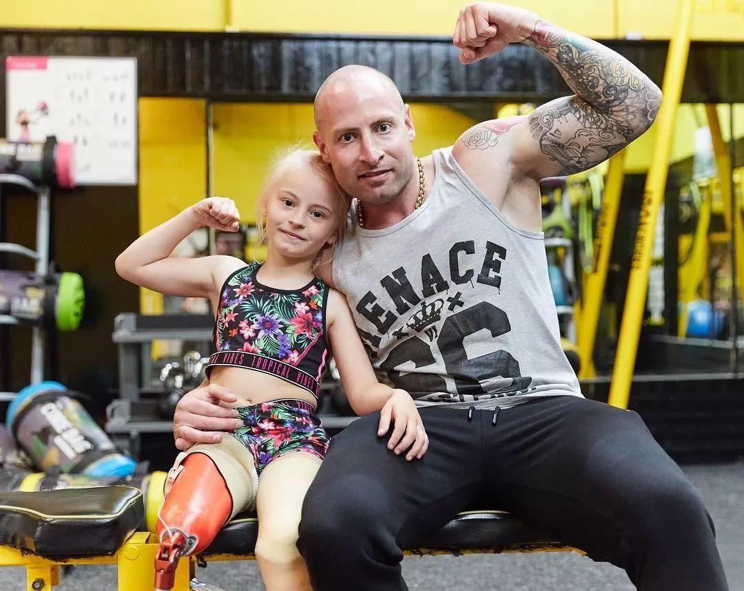 9岁登纽约时装周,她先天残疾,却凭一己之力拯救了整个家庭