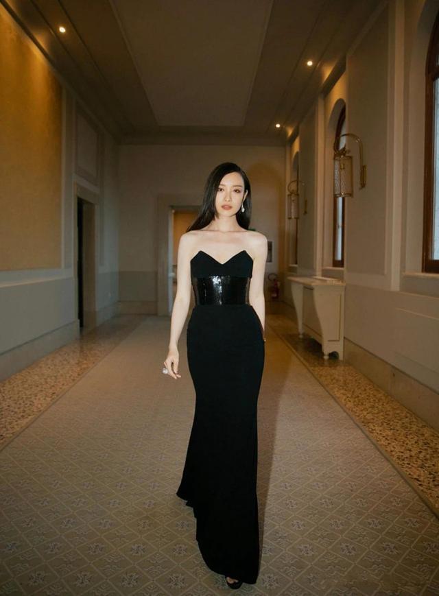 """原创倪妮不愧是拥有高级脸的女人,穿抹胸黑裙轻松化身""""黑天鹅"""""""