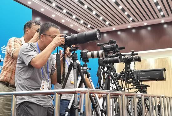 """中外媒体""""长枪短炮""""聚焦中阿博览会"""