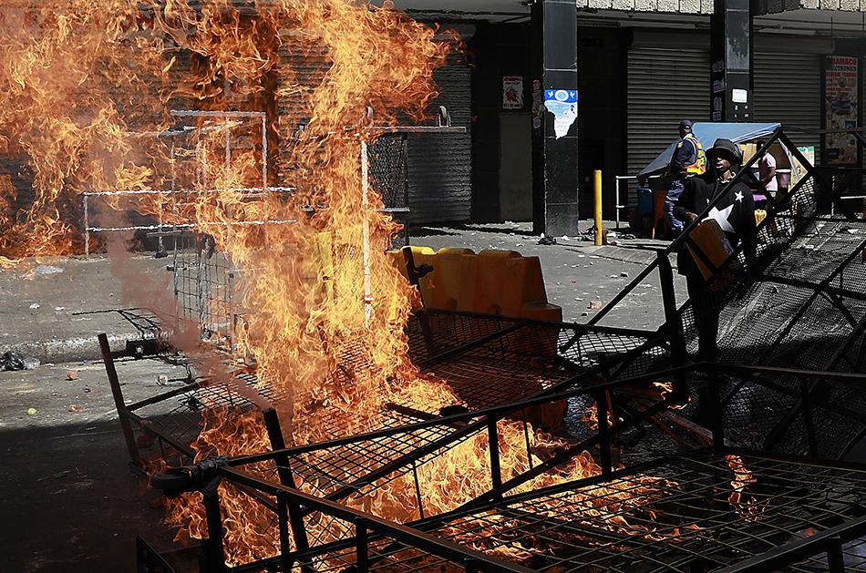 """南非再现大规模骚乱:排外民粹主义还是""""纯粹的犯罪""""?"""