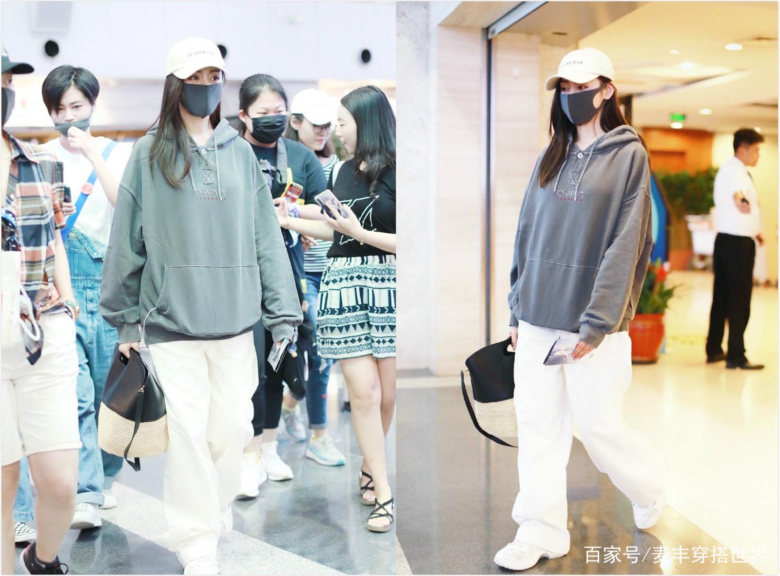 张天爱机场现身,穿宽松卫衣配白色休闲裤,身高165却气场满分