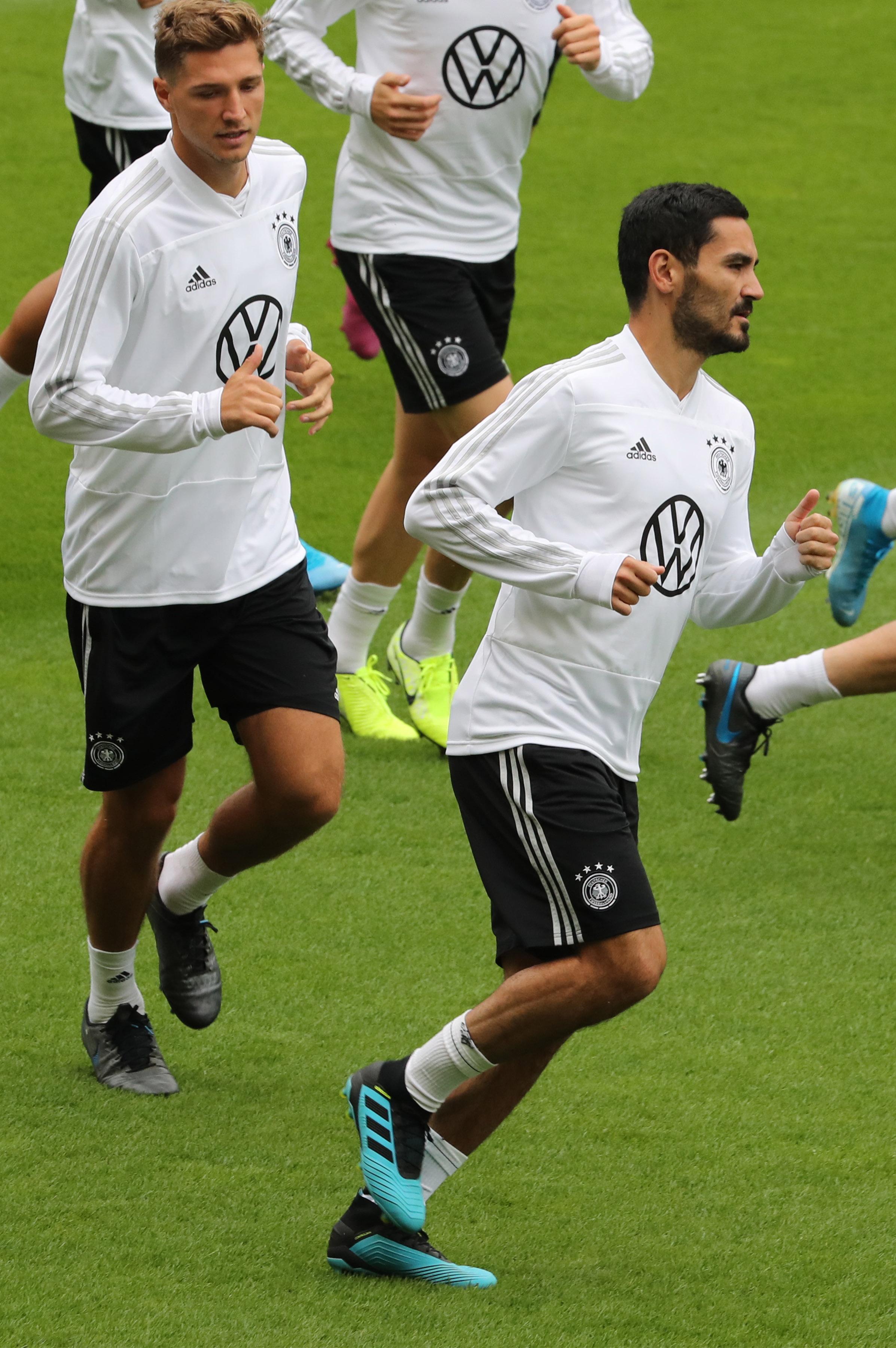 足球——欧锦赛预选赛:德国队赛前备战