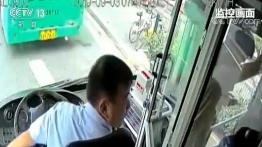 湖北武汉一老人突发心脏病公交车紧急送医