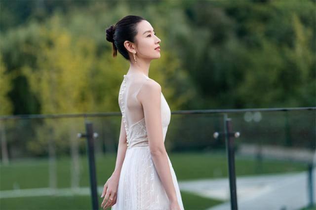 39岁董洁越来越少女,穿薄纱长裙温婉又气质,清新造型美回冷清秋