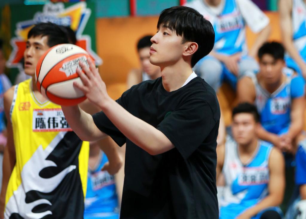 原创我要打篮球:邓伦全程眯着眼睛看比赛,近视的人太难了!