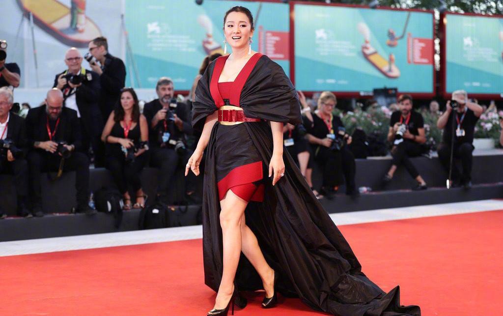 原创巩皇霸气红毯造型上线!亮相威尼斯电影节,还喜提国外粉丝表白信