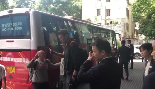 中国男篮抵达广州入住国足酒店,国足球员也关心男篮世界杯