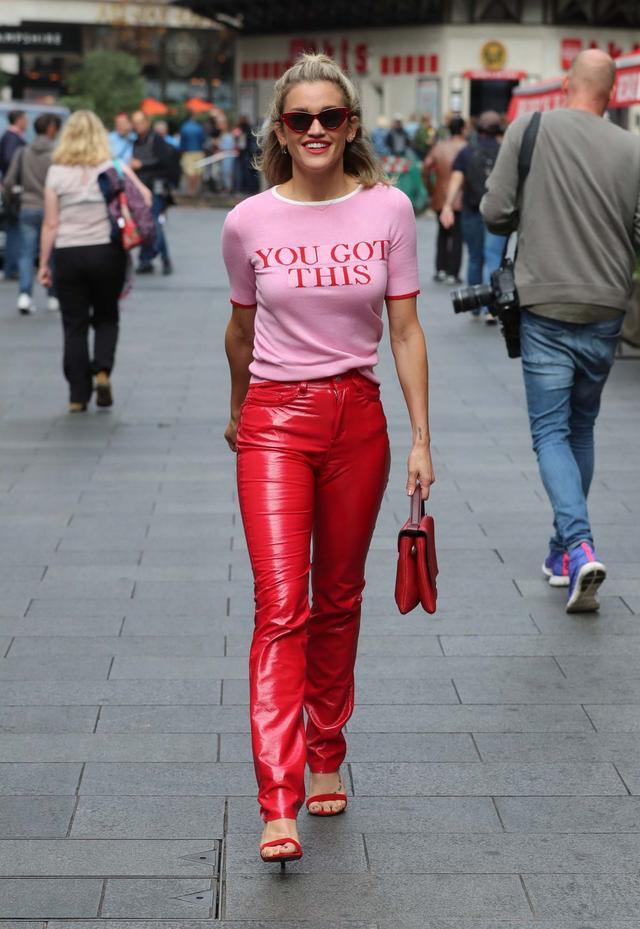 女星艾希莉·萝勃兹伦敦街头火热拍照,她看起来很迷人