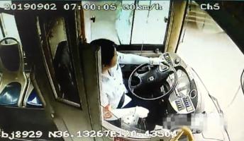 原创危险!青岛一公交车玻璃遭击险些击中驾驶员