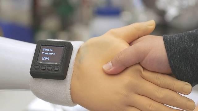 [视频]科学家创建电胶手套:可让现有假手感受到压力、温度等