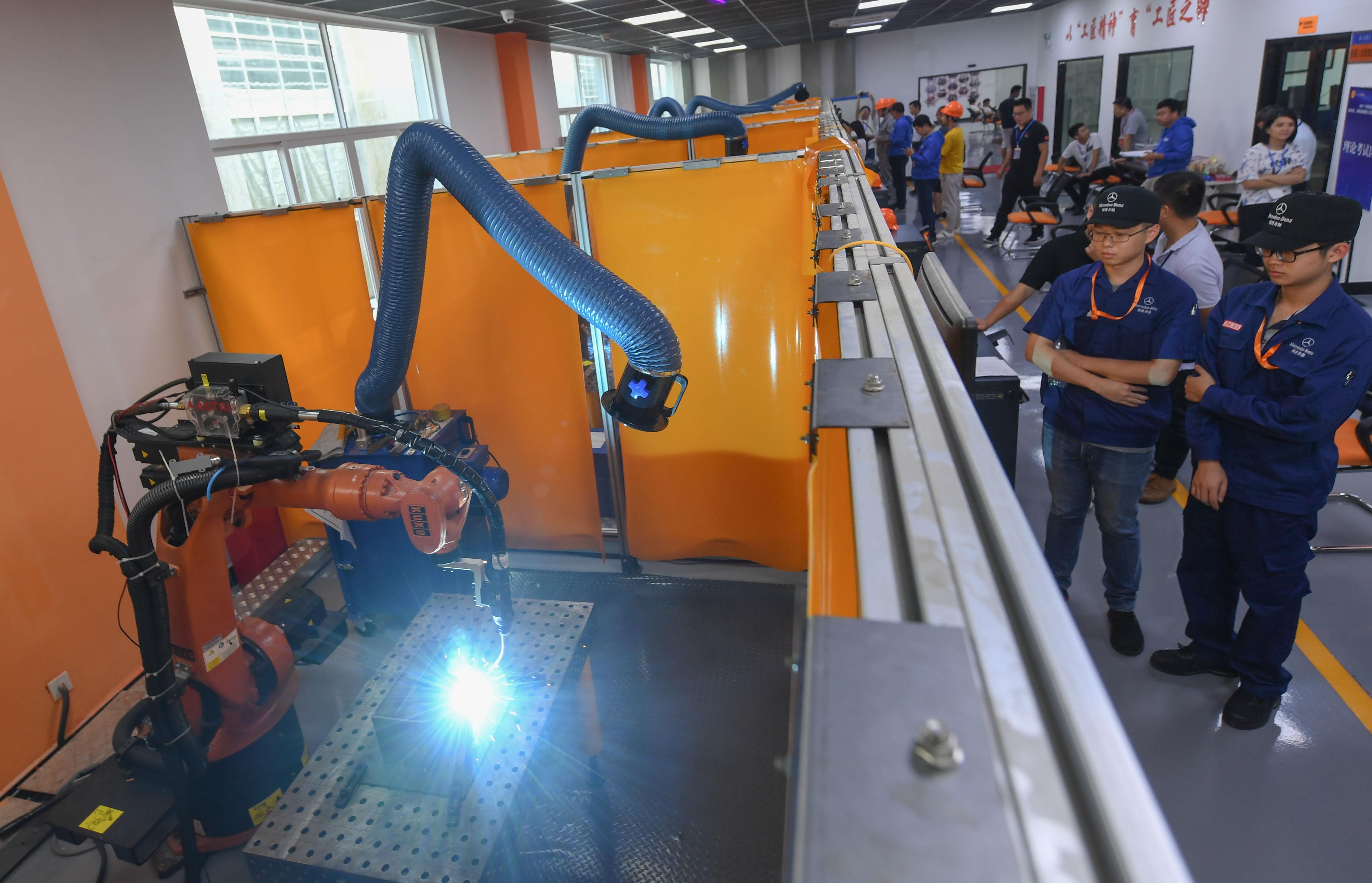 福建首次举行省级机器人焊接技能大赛