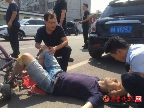 暖心!济南一派出所门外突发车祸,所长带民警冲出去救助伤者