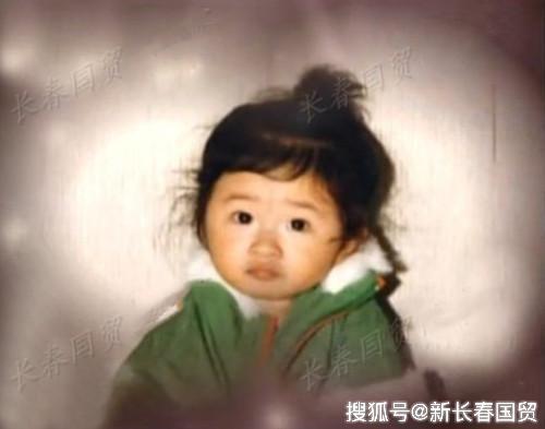 刘欢28岁女儿近照曝光,时尚靓丽身材苗条,大长腿抢镜