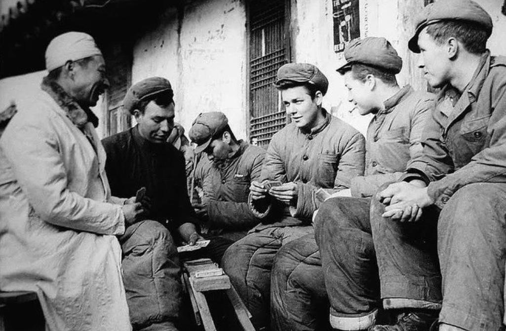 志愿军战俘营奇事:美国和土耳其战俘群殴,起因一砣肥猪肉