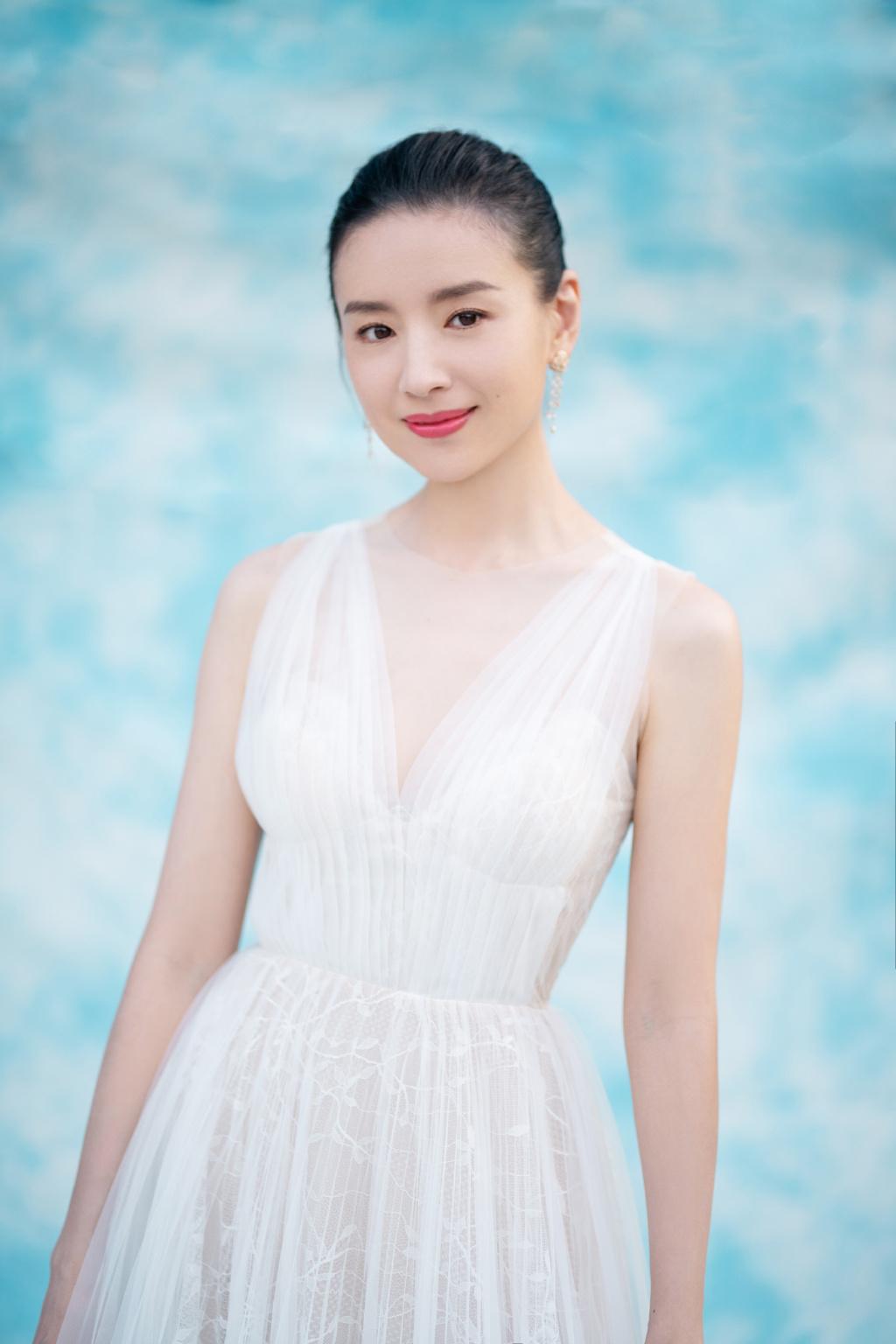 原创董洁39岁穿白色连衣裙显仙气,皮肤保养好,不像是10岁儿子的妈