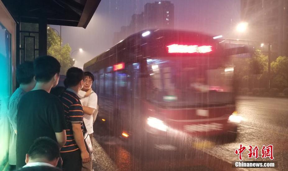 """受台风""""玲玲""""影响浙江杭州突降大雨"""