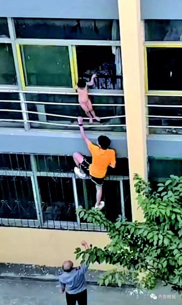 济宁两岁半小男孩被困窗外,坠楼瞬间被一高三学生一把抱住