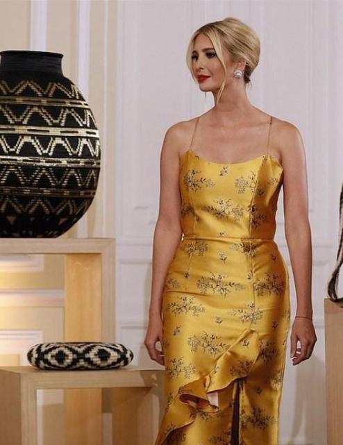 伊万卡不再低调!一袭金黄色裙子优雅迷人,撞色弟媳妇也不输