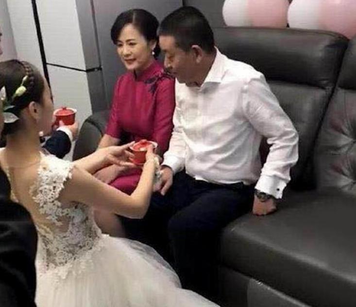 """""""最美婆婆""""火了!婚礼敬茶现场气质典雅,被认作新娘姐姐"""