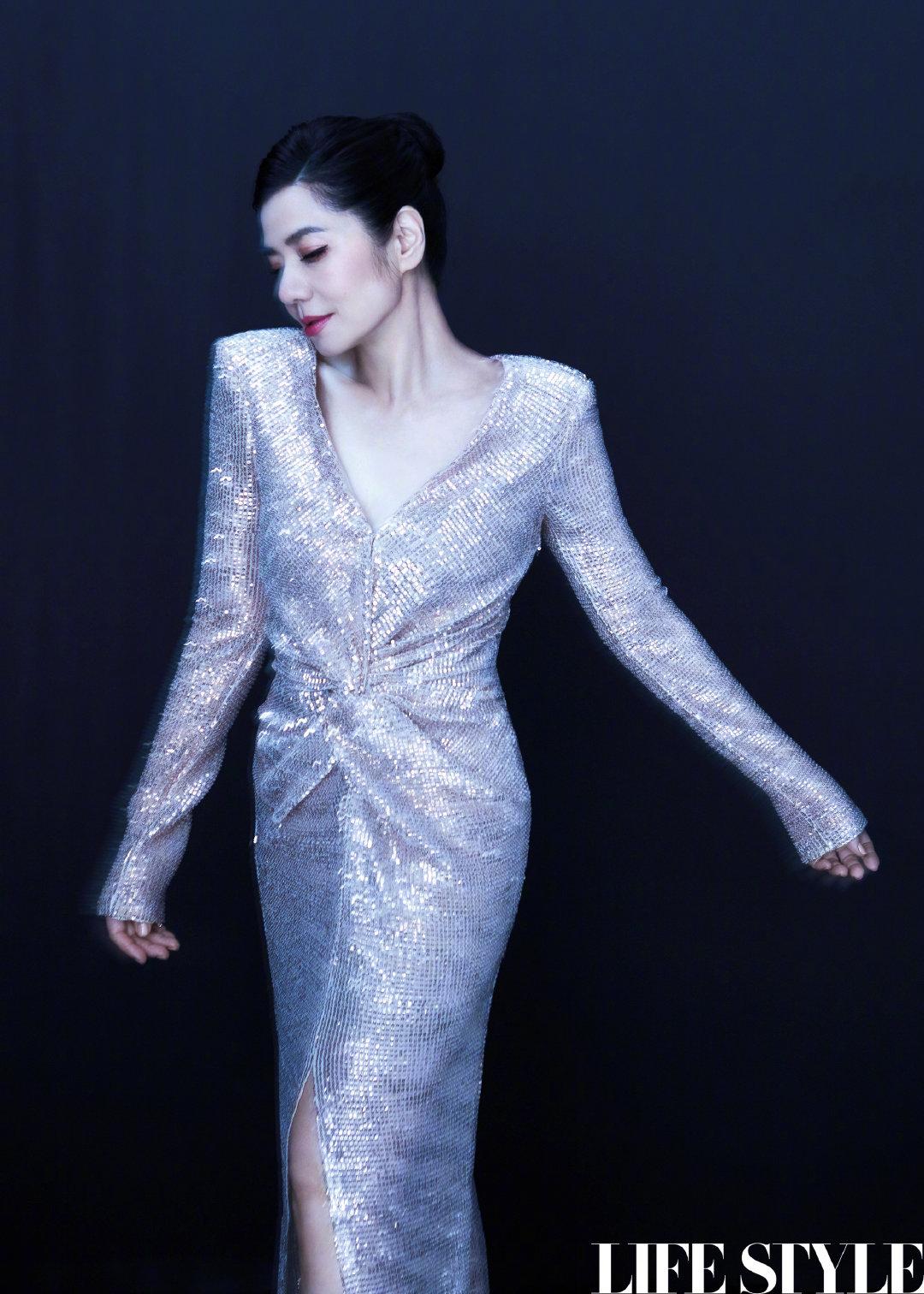 59岁钟楚红身穿银色长裙身姿曼妙,网友大赞岁月不败美人