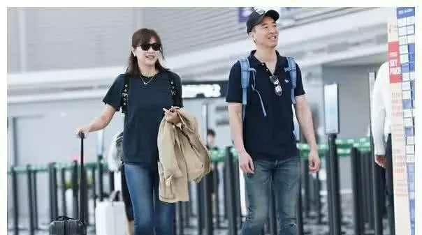 45岁徐静蕾与男友现身机场,身材发福青春不在,相恋十年不结婚