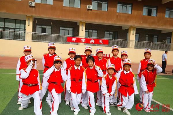 和田市北京海淀小学新生获赠爱心智慧书包
