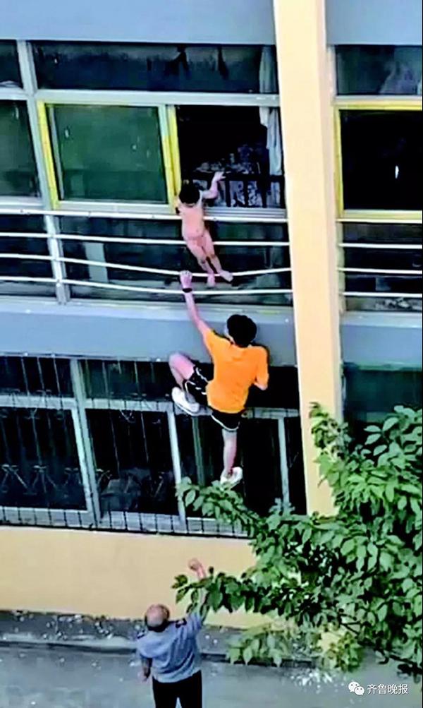 家中无人两岁半男童爬出二楼窗外,坠楼瞬间被一高三学生抱住