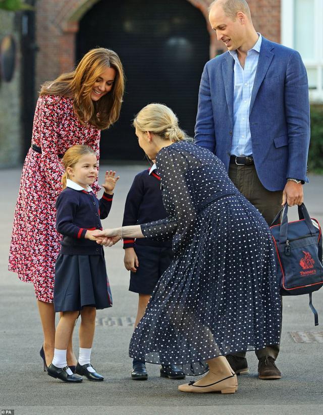 原创西班牙王后穿衣比凯特高级!蓝衬衫配花朵裙,从骨子里透出高雅了