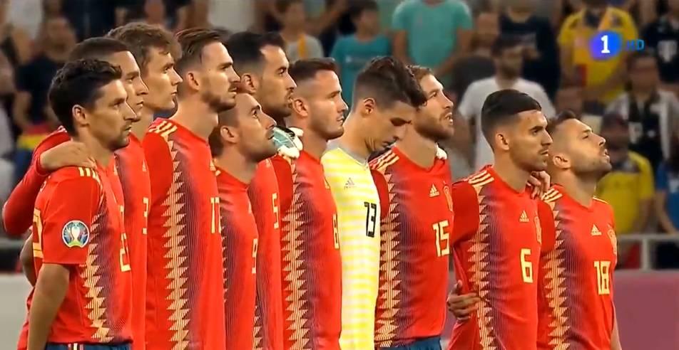 西班牙球员赛前为恩里克女儿默哀,遭罗马尼亚球迷狂嘘