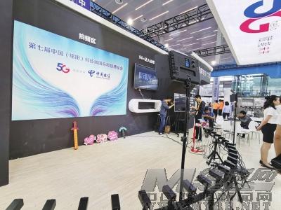 """5G赋能未来!中国电信炫酷""""黑科技""""亮相科博会"""