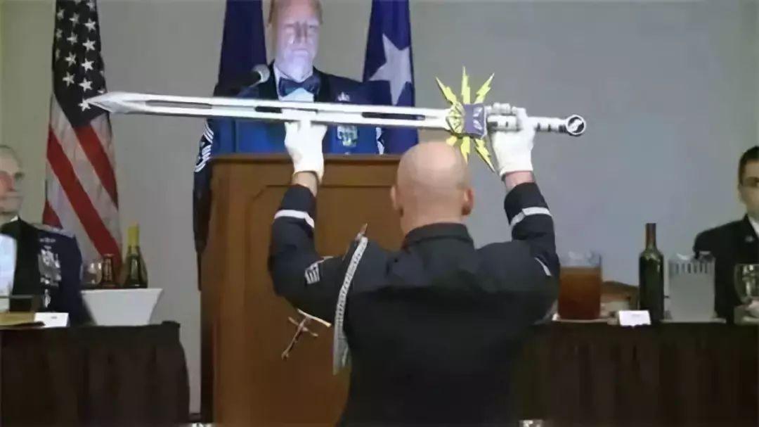 """美国空军最高荣誉""""大宝剑"""",造型浮夸!只想说最美不过是汉剑!"""