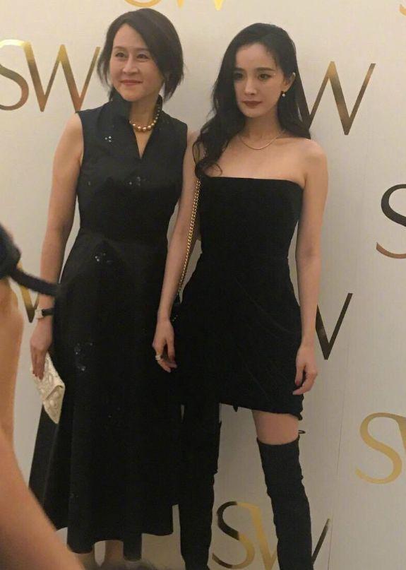 杨幂终于敢大胆穿了,抹胸裙搭长靴腰细腿长,真是女人中的极品