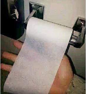 原创搞笑时刻:这厕所真坑人,这么薄怎么擦呀……