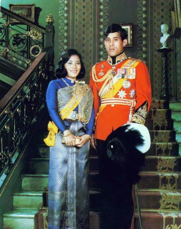 """泰国国王跳舞表情多变,与""""胖王妃""""互翻白眼,与美女则浓情蜜意"""