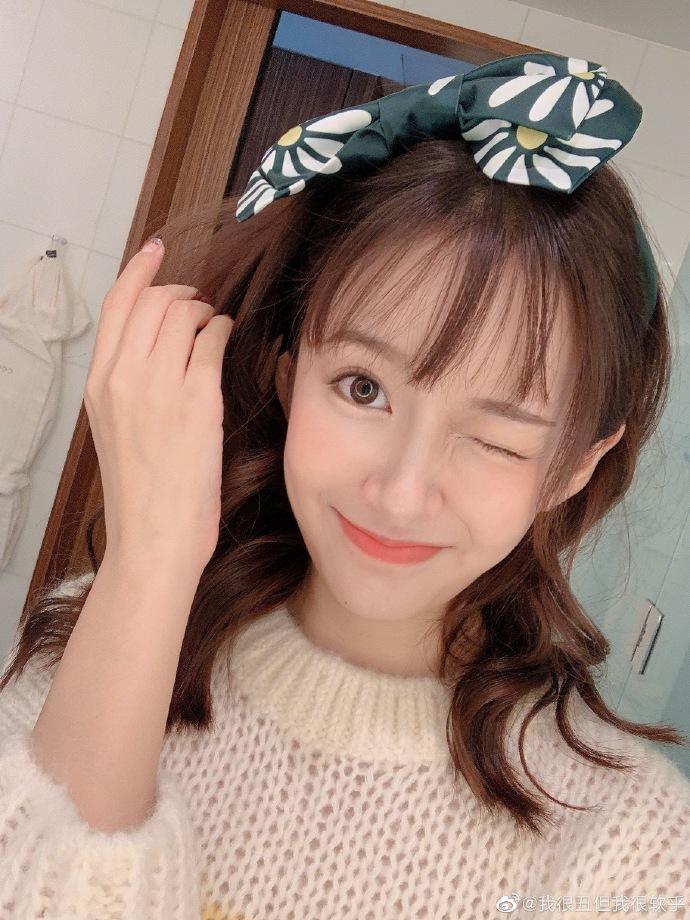 张子萱中分变刘海更娇俏对镜wink电力十足少女感满分