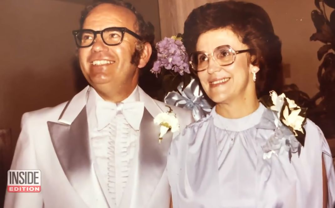 爷爷奶奶结婚68年,竟然每天都穿情侣装,奶奶:他穿得太丑