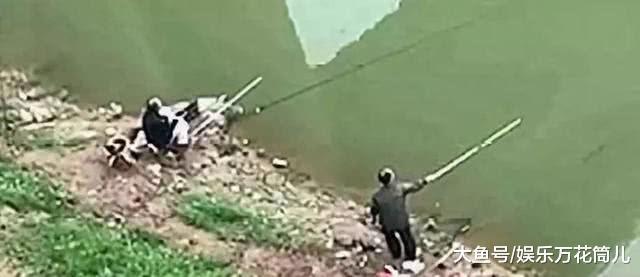 几米开外,一具男尸漂至跟前!两大爷在一旁淡定钓鱼一步不挪