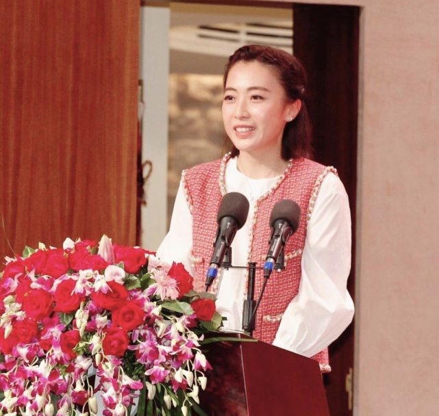 原创刘銮雄康复后捐钱给内地医院建楼,甘比以大老板身份出席奠基仪式