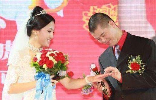 她是赵本山最美女徒弟,为爱嫁大7岁丑男,磕磕绊绊20年恩爱如初