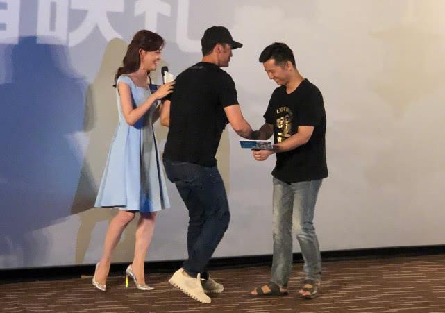 原创大写的囧,李晨出席活动裤子亮了,貌似扣子忘了系