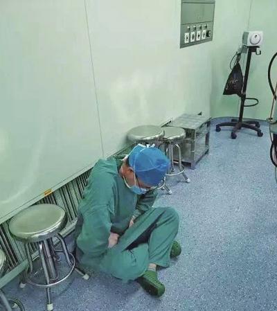 心疼!医生强忍肾结石疼痛做完手术,疼到倒地不起