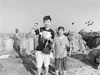 西安小伙带90岁外婆出国游