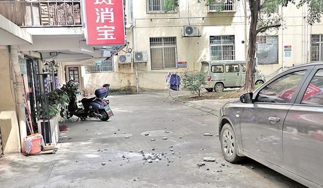 广西来宾:小区高空坠落水泥块所幸无人受伤