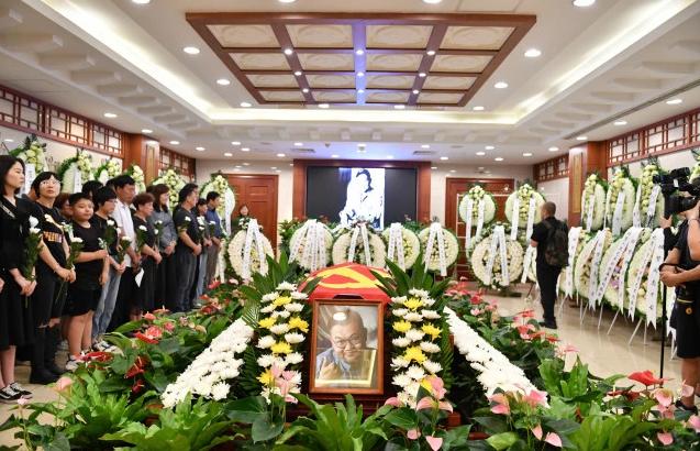 原创著名导演班赞追悼会在京举行,众多男演员现身悼念,一路走好