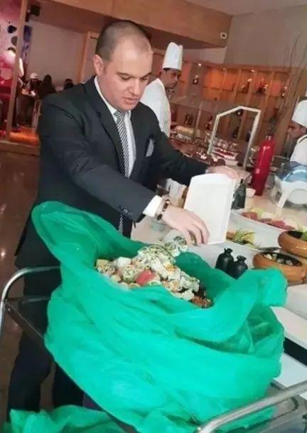 让流浪狗吃上五星级酒店的饭菜:主厨的做法,引网友疯狂点赞!