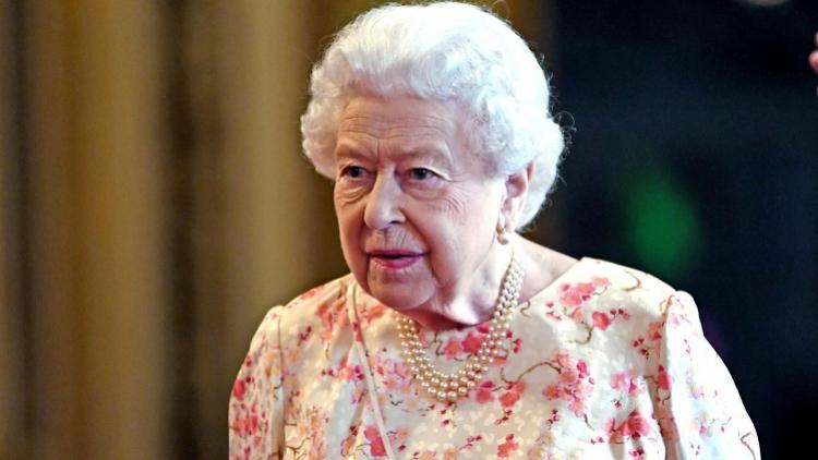 脱欧之球,踢给了93岁的英国女王。是如期脱欧还是推迟脱欧?